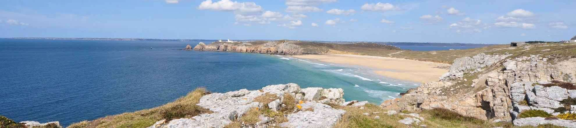 Vacation Brittany in Finistère, the sandy beach Pen Hat of Camaret-sur-mer is one of the most beautiful beaches of Brittany